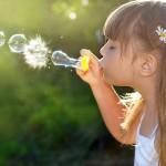 niña jugando con pompas de jabon